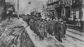 """L'image de """"24e Bataillon lors d'une marche d'adieu à Montréal"""""""